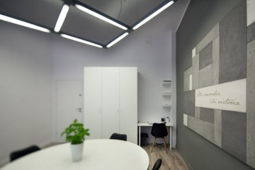 widok na małe biuro w szarościach