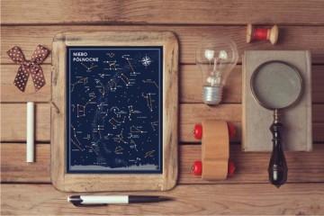 plakat z infografiką nieba, żarówka, lupa, drewniana zabawka, długopis