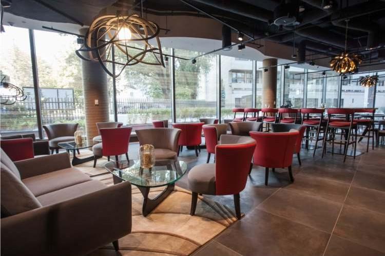 restauracja sushi, czerwone krzesła,