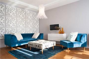 salon, niebieska sofa, niebieski fotel, niebieski dywan, ażurowe panele ścienne