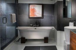 czarno biała łazienka, obraz nad wanną, wanna wolnostojąca