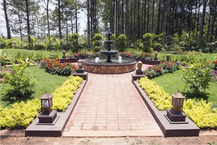 piekny ogrod z fontanna
