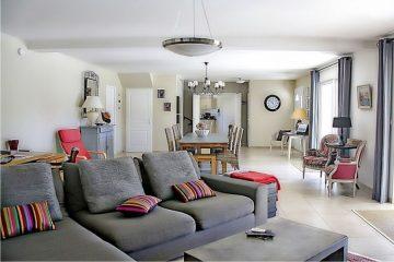 salon, szara sofa, kolorowe poduszki