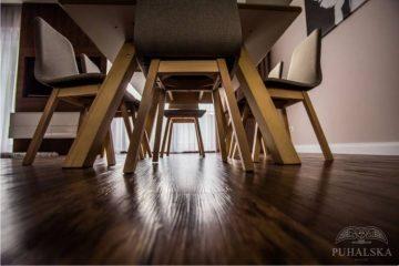 podłoga, stół, krzesła