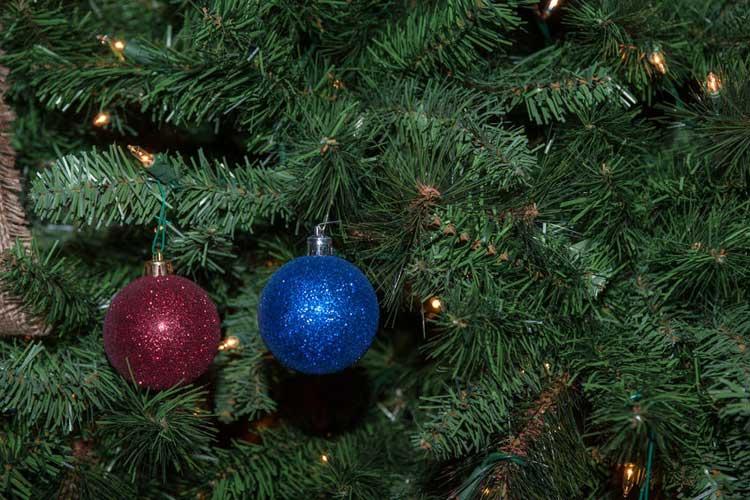 0-czy-sztuczna-choinka-to-lepszy-wybor-niz-zywe-drzewko-castorama-0002_m-2