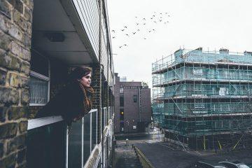 balkon, kobieta na balkonie,
