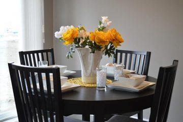 okrągły stół do jadalni, drewniane krzesła