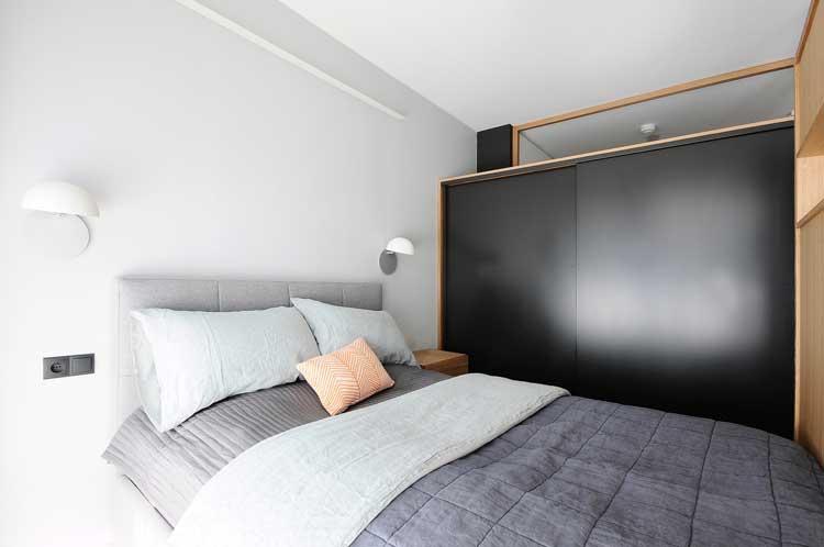sypialnia z niedużą garderobą