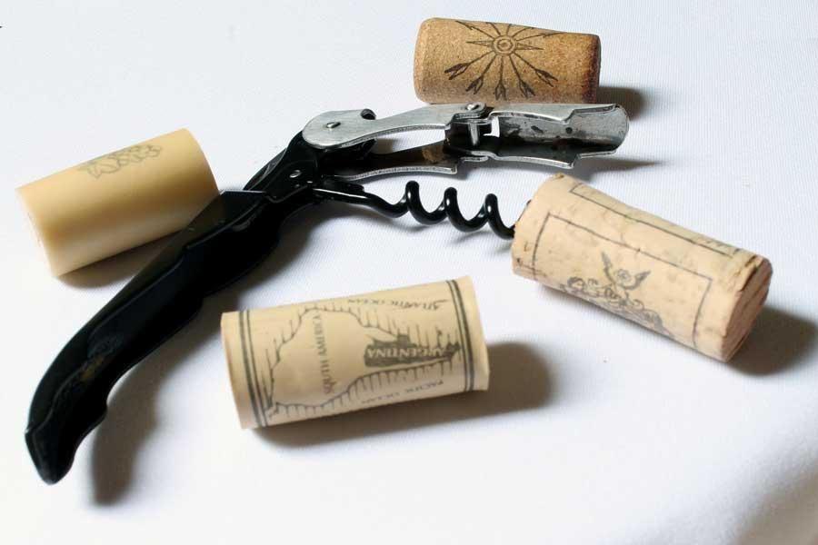 Elektryczny, kelnerski, a może korkociąg? Poznaj rodzaje otwieraczy do wina.