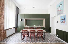 kuchnia z zielonymi meblami i czerwonymi krzesłami