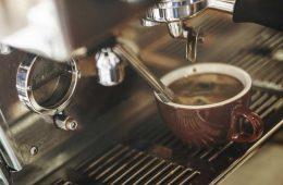 ekspres do kawy i filiżanka pełna kawy