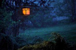 lampa ogrodowa o zmierzchu