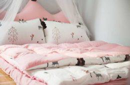 pokoj dla dziecka z lozkiem i rozowa posciela