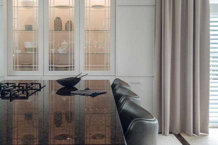 podświetlana witryna kuchenna ze szklanymi frontami