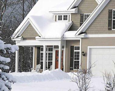 domek przysypany śniegiem