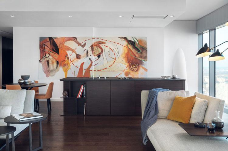 Wyspa kuchenna, na ścianie wisi duży obraz, sztuka nowoczesna