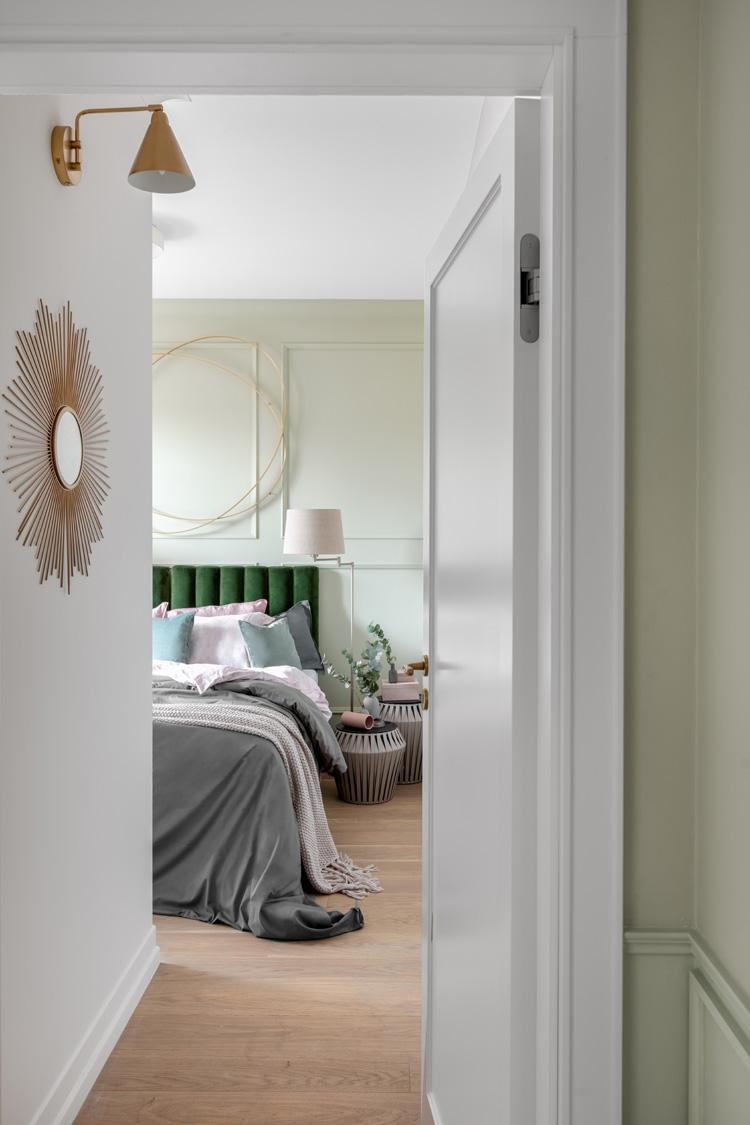 sypialnia z zielonym węzgłowiem
