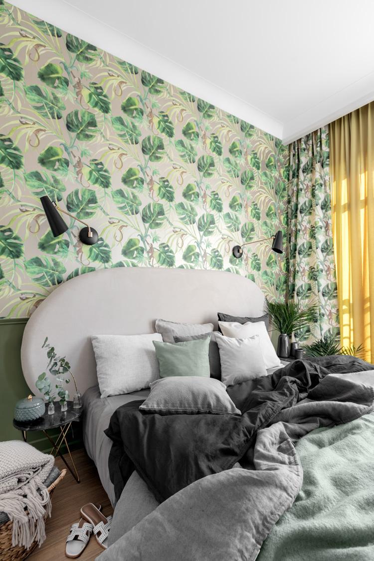 zielona sypialnia ze ścianą w monstery