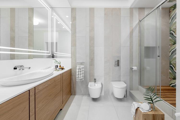 duża jasna łazienka