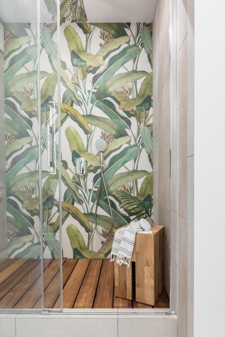 prysznic z botanicznymi wzorami na ścianie