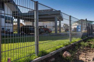 panelowe ogrodzenie na działce budowlanej