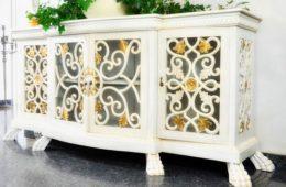 biała komoda ze zdobieniami styl prowansalski