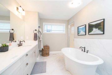 duża łazienka z wanną i dwoma zlewozmywakami
