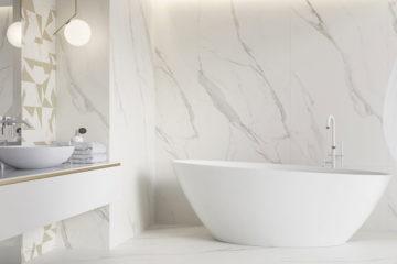 duża biała łazienka z wanną wolnostojącą. Płytki calacata