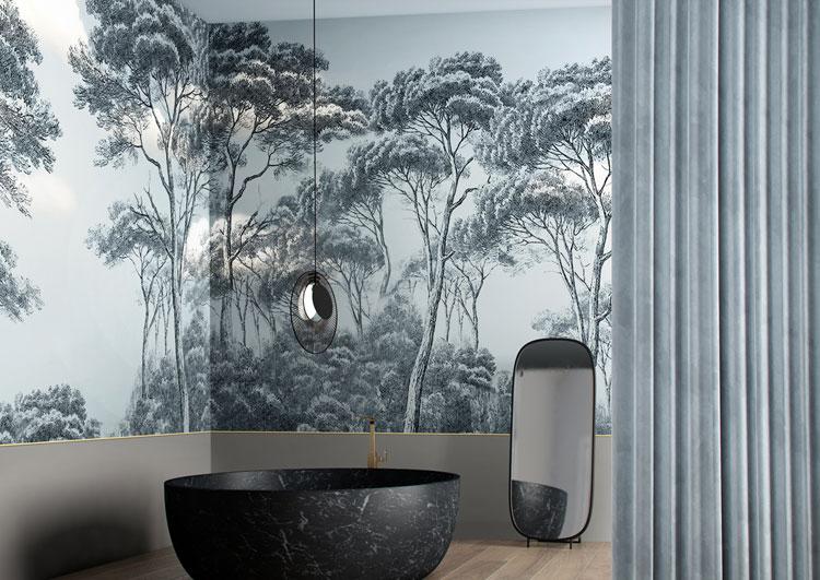 Tapeta z motywem lasu w minimalistycznej łazience
