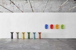 Kolorowe umywalki w industrialnym wnętrzu