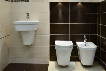 wnętrze łazienki z płytkami łazienkowymi