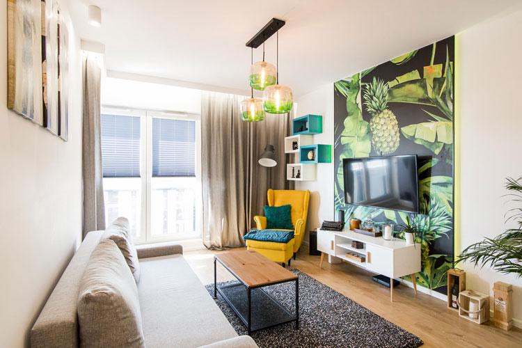 Salon z kolorową tapetą i żółtym fotelem