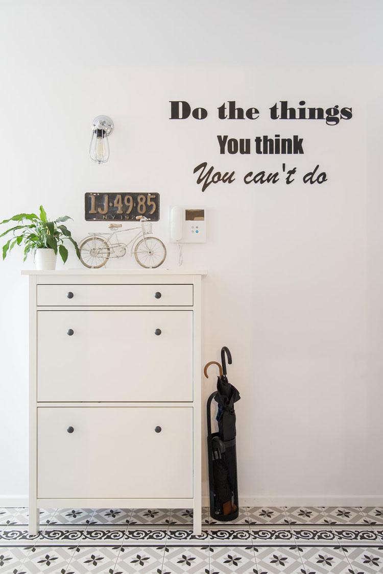 Przedpokój z motywacyjną naklejką na ścianie