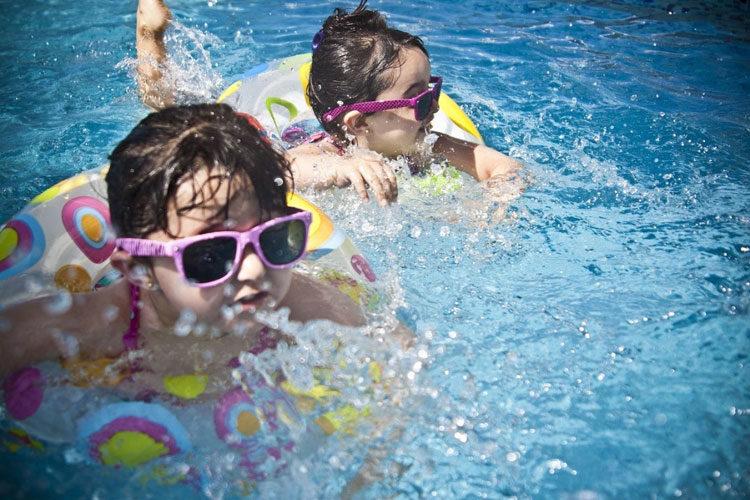 dzieci bawiące się w wodzie