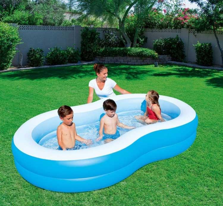 dzieci bawią się pod okiem rodzica w ogrodowym basenie dmuchanym