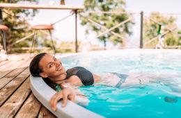 kobieta kąpiąca się w basenie