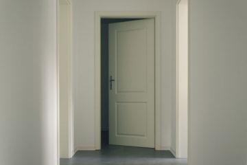 uchylone białe drzwi