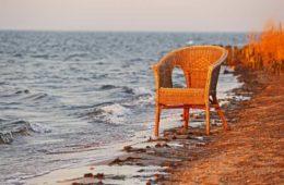 rattanowy fotel nad morzem