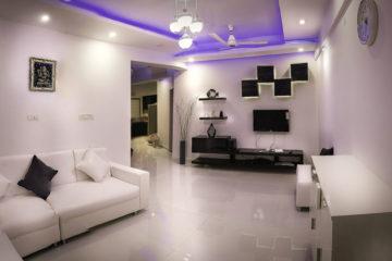 Salon w białej kolorystyce z fioletowym podświetleniem led na suficie