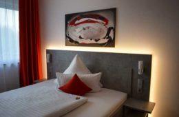 sypialnia z podświetlonym węzgłowiem