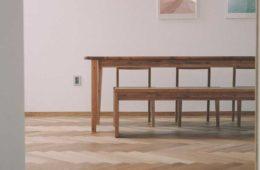 minimalistyczny stół i krzesła z drewna