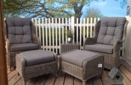fotele ogrodowe z podnóżkami ustawione na tarasie