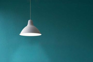 industrialna lampa wisząca na turkusowym tle