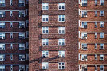 Budynek mieszkaniowy z czerwonej cegły