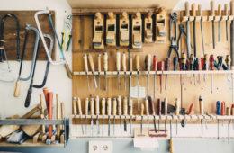 Ściana z narzędziami w domowym warsztacie
