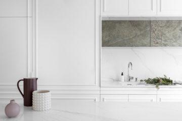 Białe meble kuchenne. Fronty mebli w kształcie kasetonów.