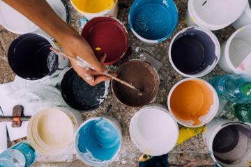 Otwarte puszki z farbami