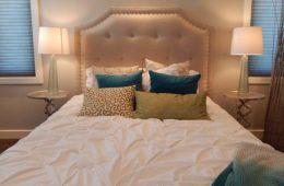 łóżko z pikowanym węzgłowiem