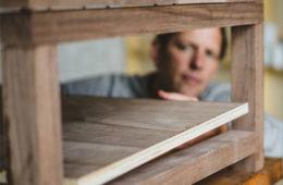 mężczyzna buduje stolik