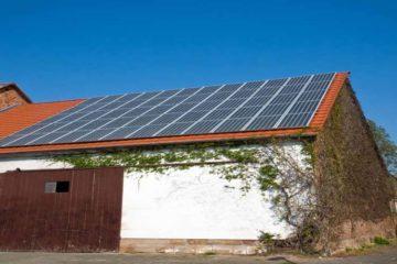 fotowoltaika zamontowana na dachu stodoły